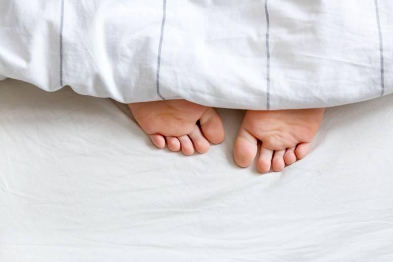 stopy pod kołdrą